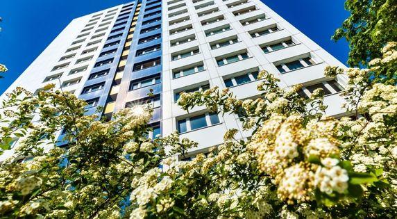 Wysoki budynek - mieszkanie w wieżowcu